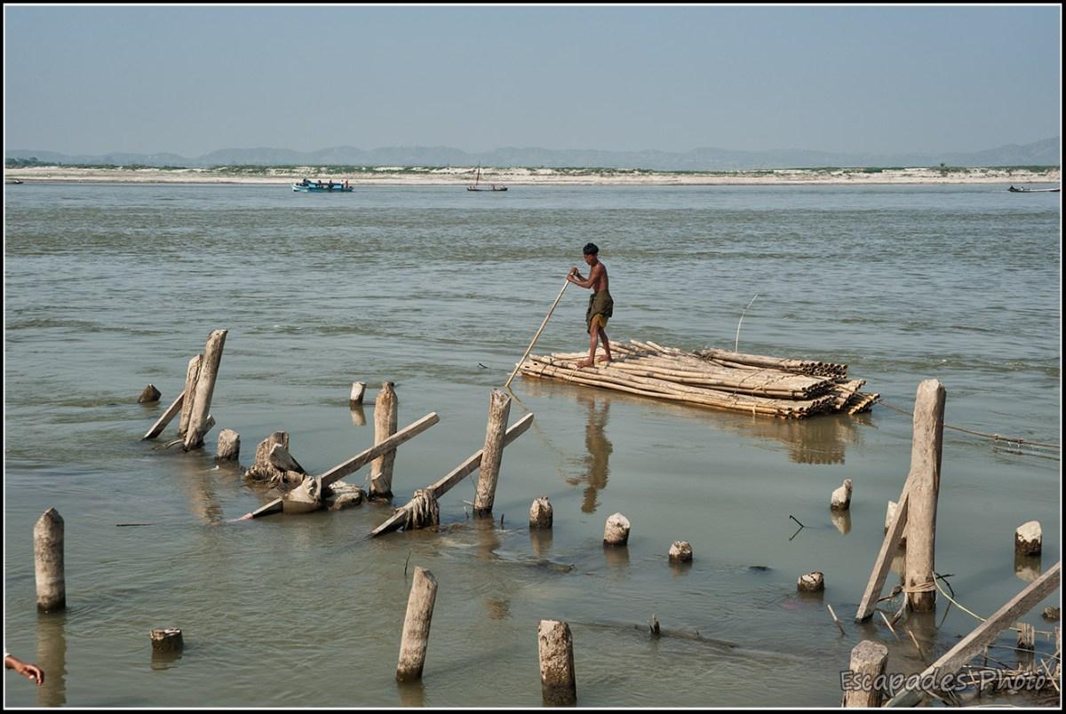 Peuple de la rivière à Mandalay : Flottage du bambou