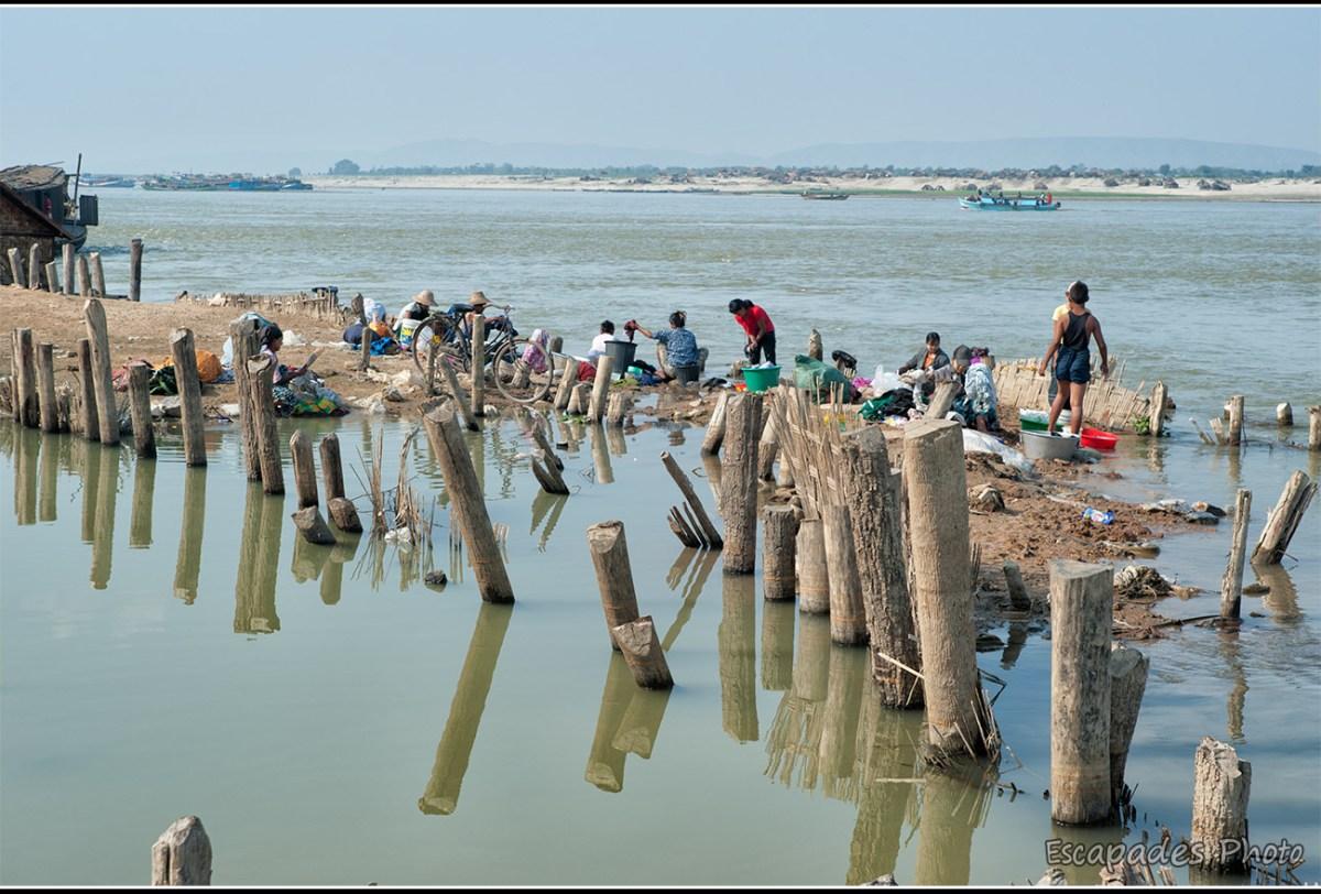 Lavandière sur le fleuve Irrawaddy à Mandalay
