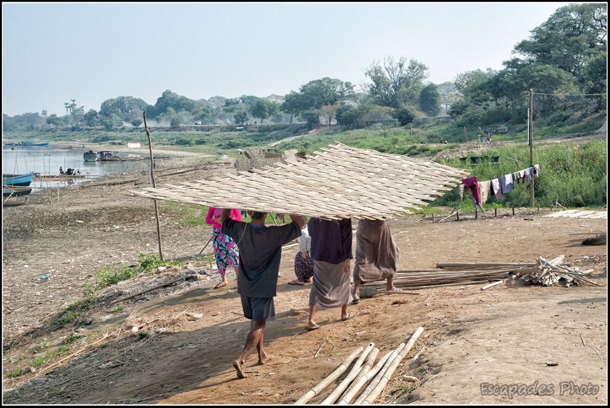 Peuple de la rivière à Mandalay : Transport d'un panneau tressé