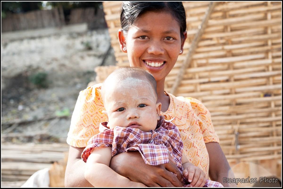 Peuple de la rivière à Mandalay : Portrait mère enfant