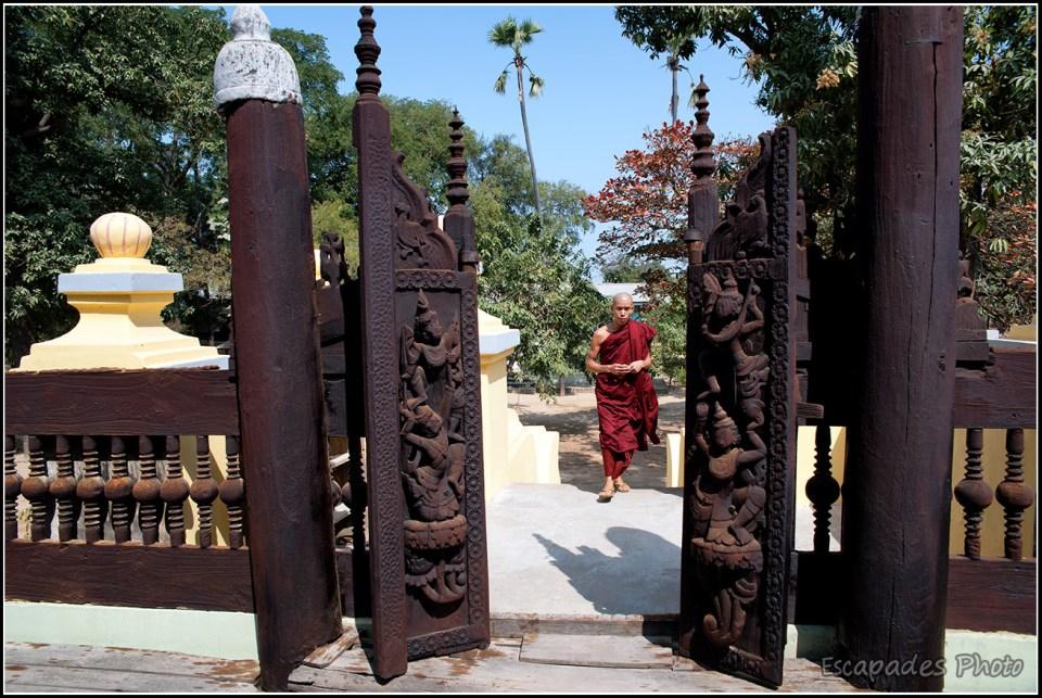 Shwenandaw Kyaung - Moines devant une entrée en bas relief
