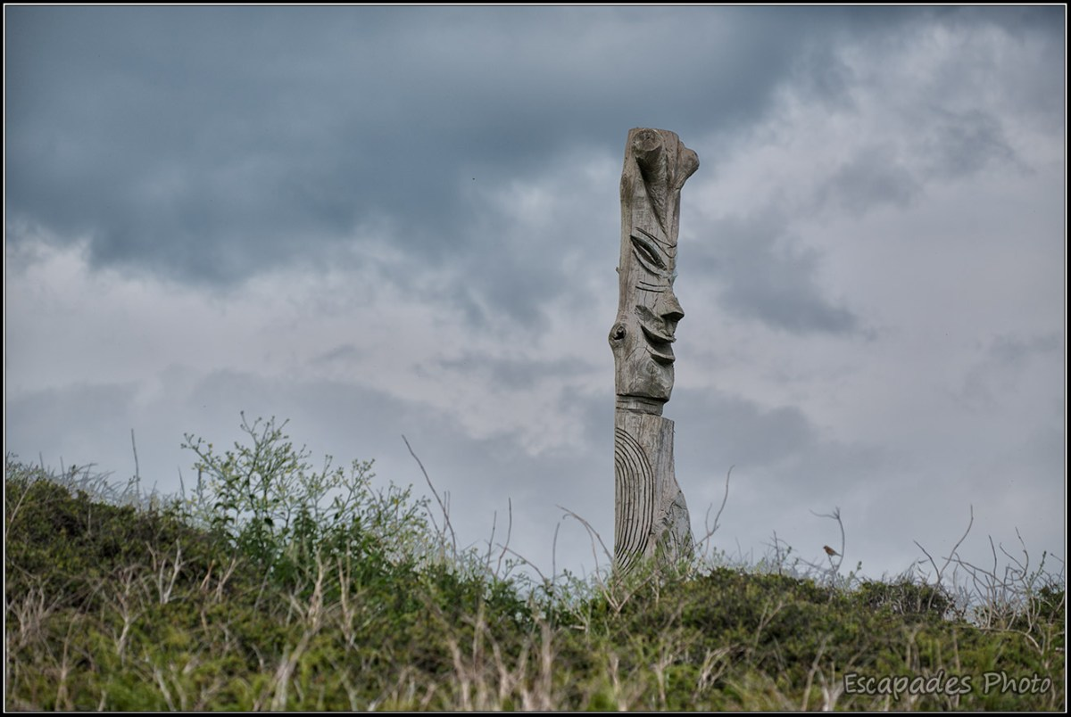 Raguénez - Sculpture géante face à la plage de Tahiti