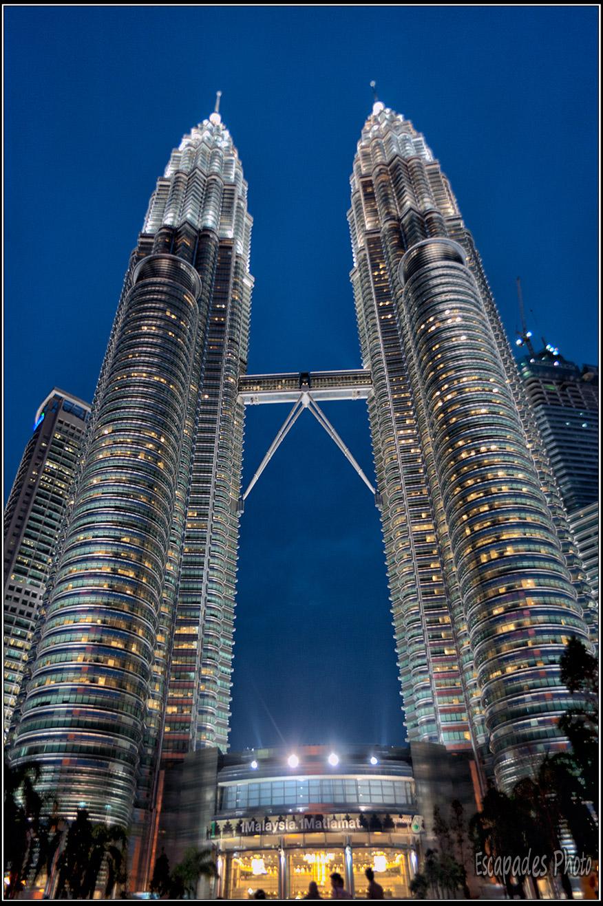 AU pied des tours Petronas