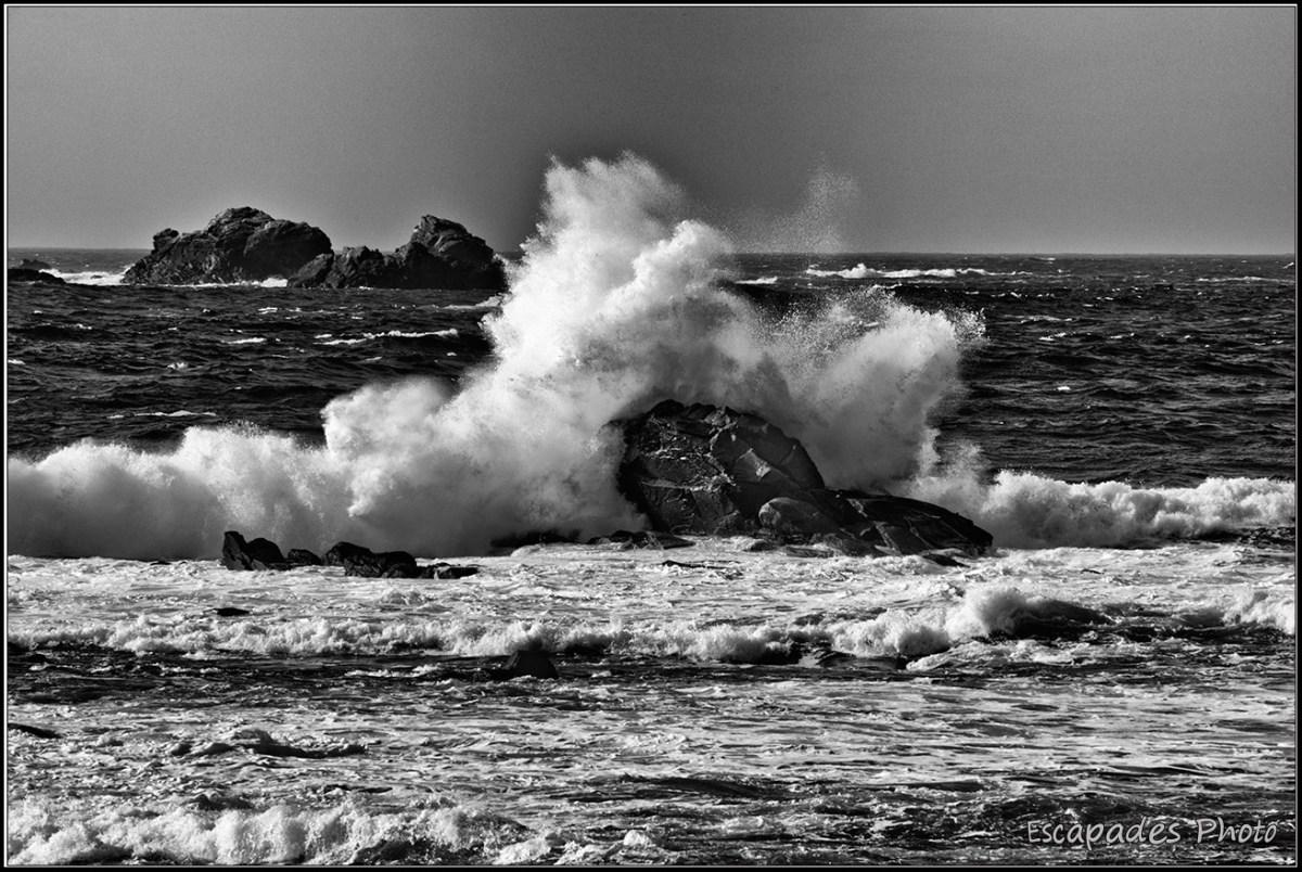 Trémazan - vagues sur des rochers pittoresques