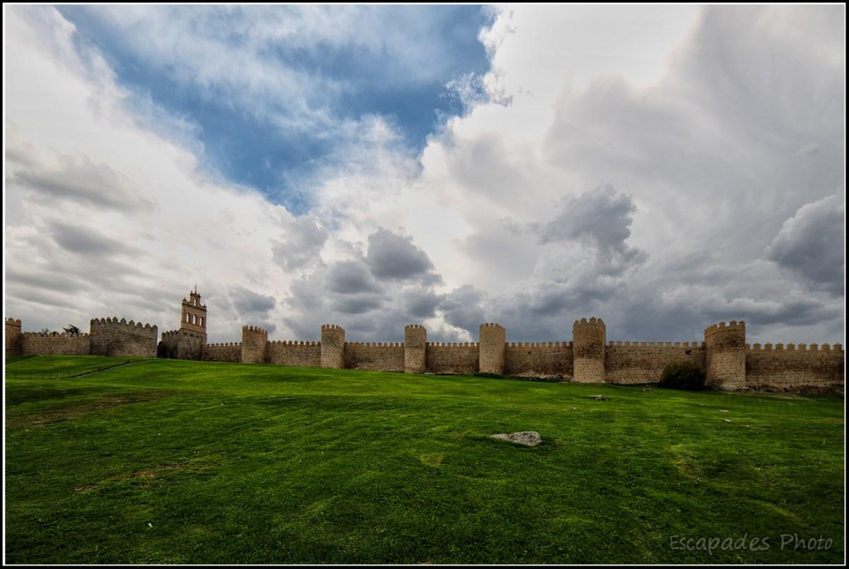 Pelouse muraille et ciel