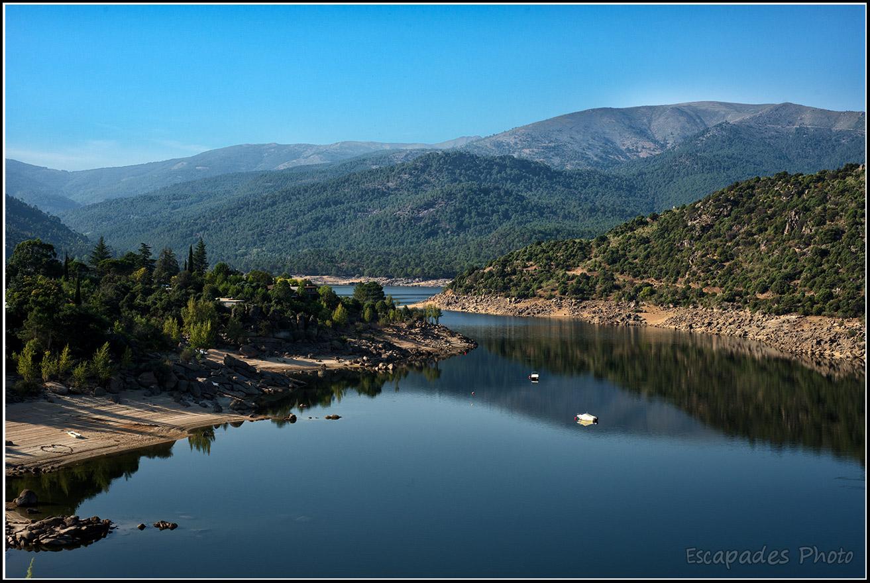 Lac de barrage de Burguillo en province d'Avila