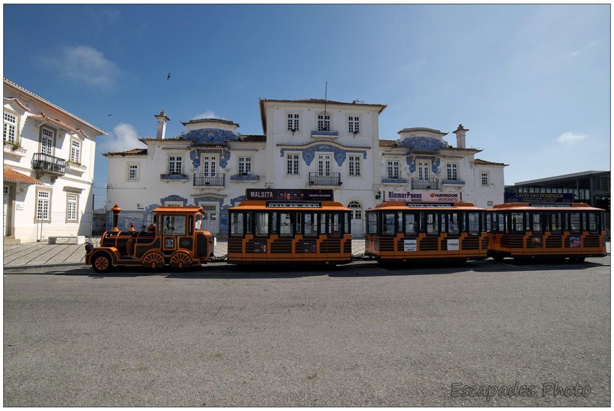 Petit train touristique devant la gare d'Aveiro