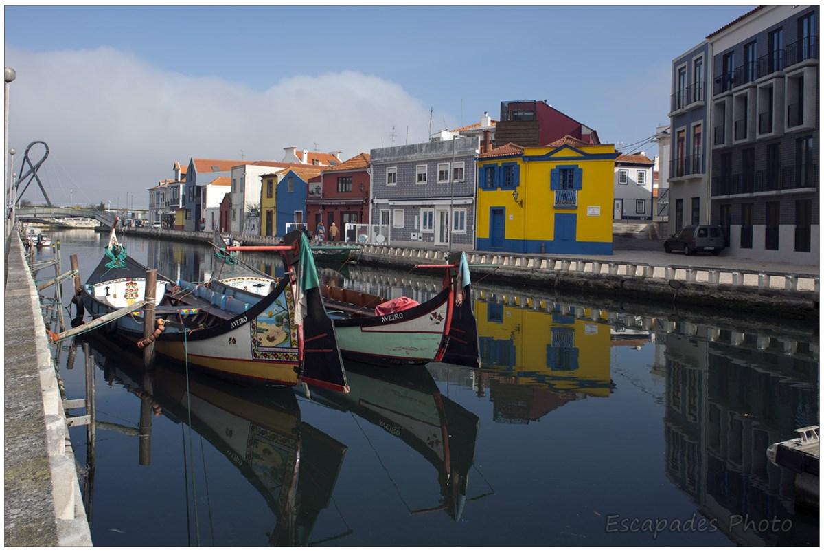 Le canal, des moliceiros et des maisons au style art nouveau  caractérisent Aveiro