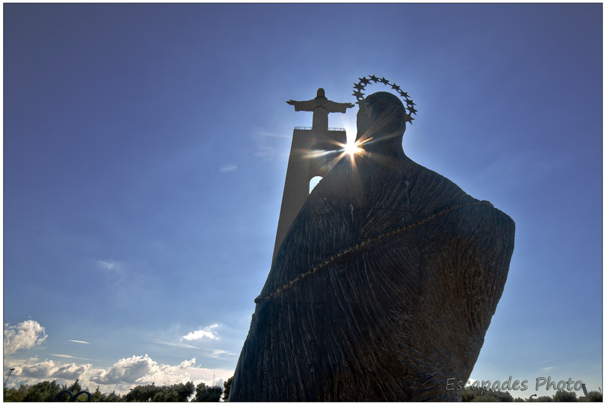Cristo Rei d'Almada lorsque le soleil envoie une lumière divine
