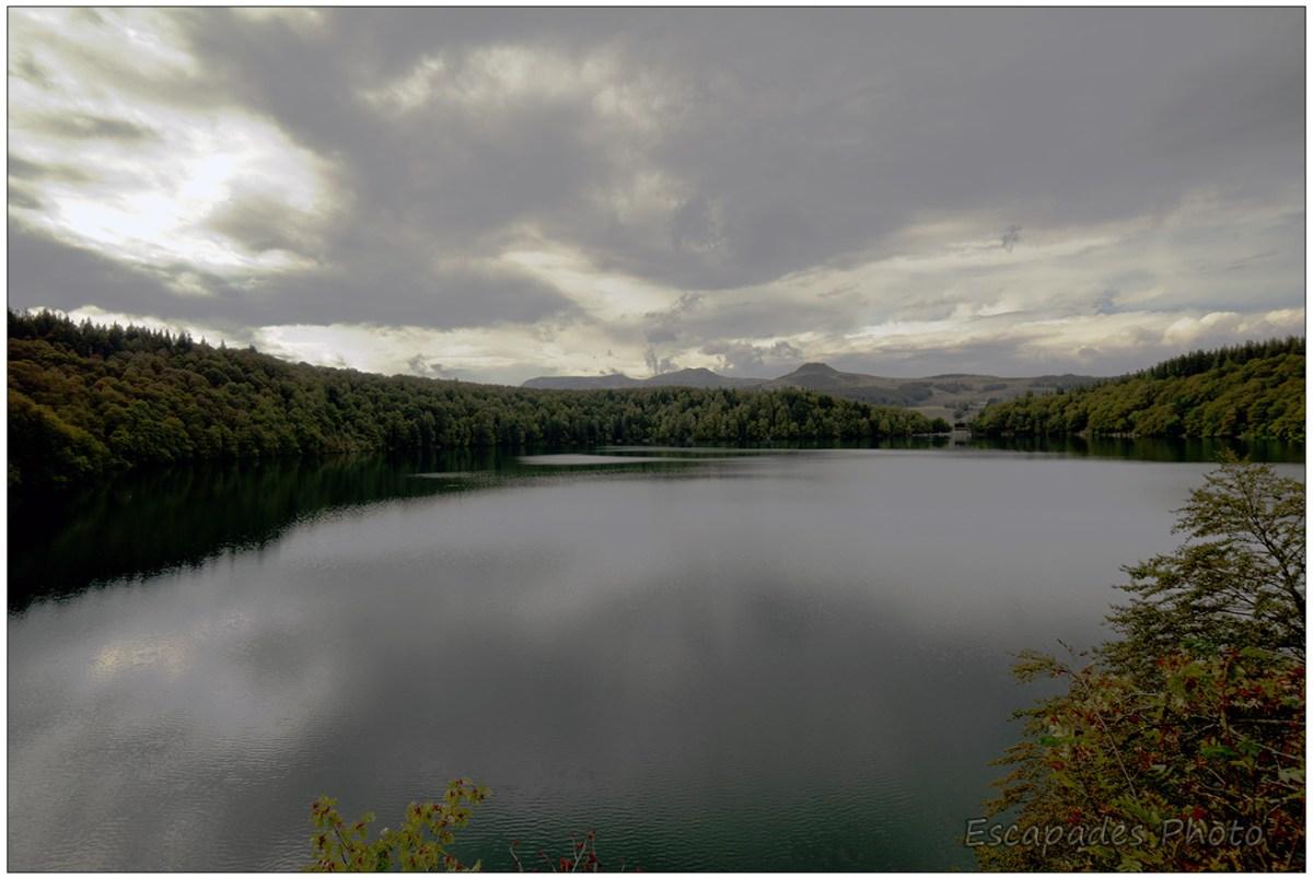 Lac Pavin et la chaîne du Sancy