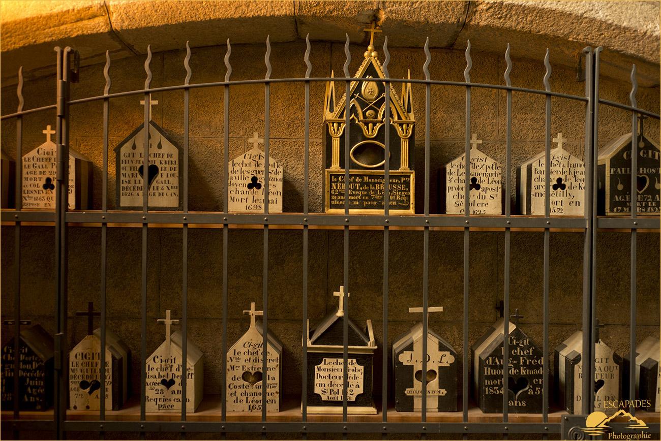 Boîtes à crâne, cathédrale Saint-Pol-Aurélien