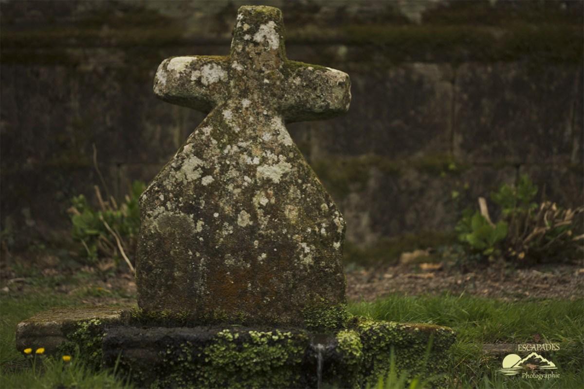 Lanvénégen, la balade de la Trinité - fontaine et croix primitive de la Trinité