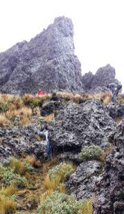 Un trayecto del sendero de roca rumbo a la cima