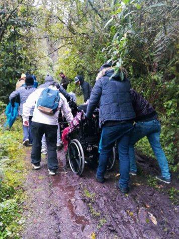 Muchas manos levantaron las sillas de rueda en las partes enlodadas. Foto: CP
