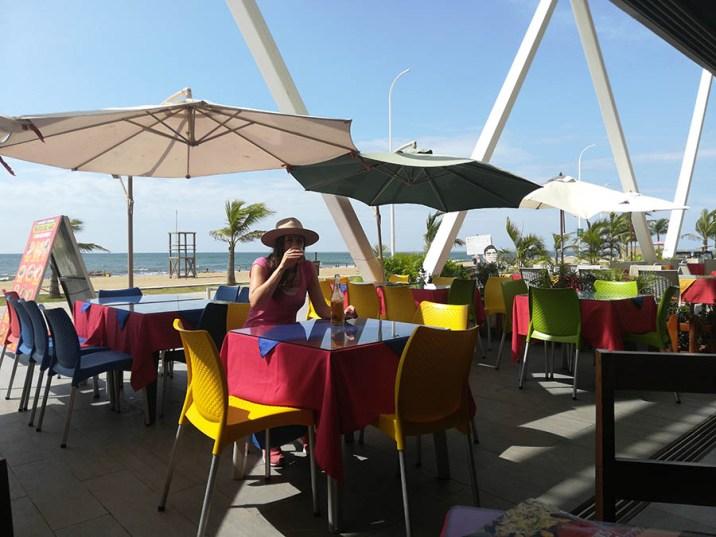 Comida costeña y servicios de calidad junto al mar.