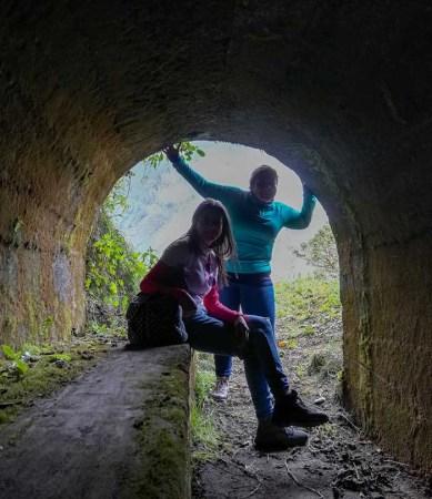 Atravesando uno de los cinco túneles. Foto: CP
