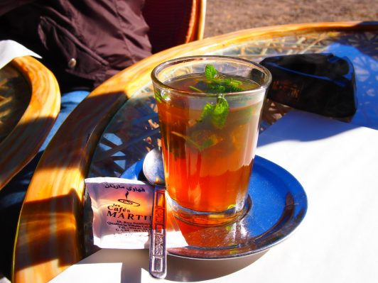 Guía a Erg Chebbi el Sahara en Marruecos momento de té de menta