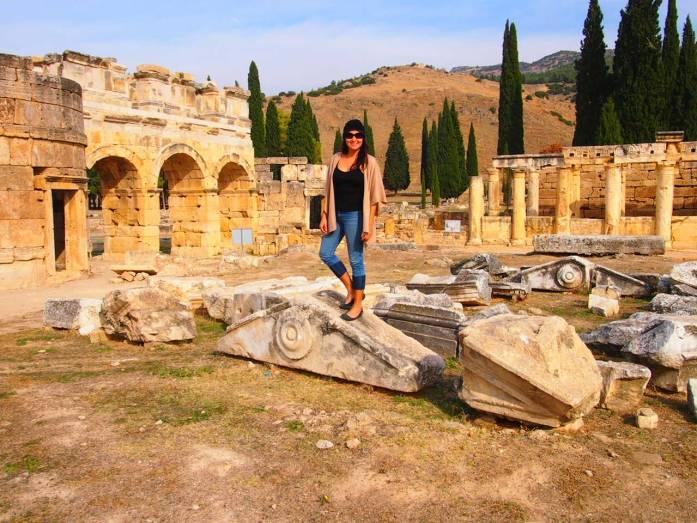 que ver y hacer en pamukkale mujer en hierapolis ruinas helenisticas