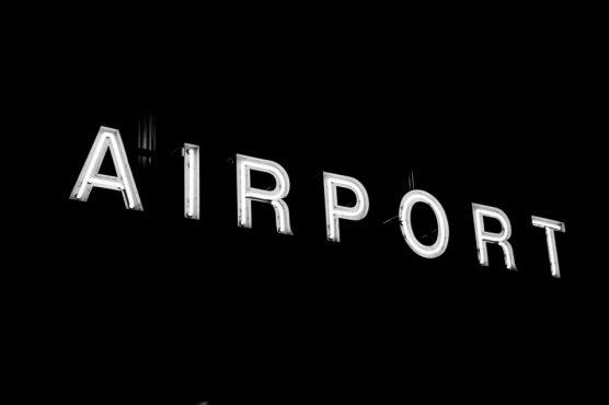 Reservar vuelos baratos online: Todo lo que necesitas saber letrero de aeropuert