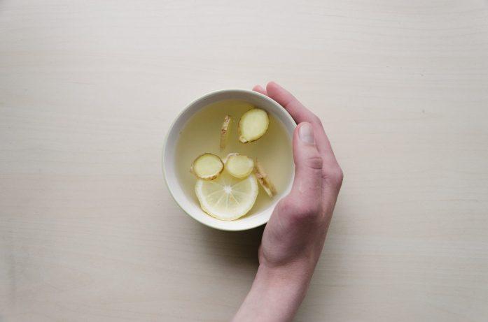 que hacer si enfermas en el extranjero -infusión de té de limon con jengibre