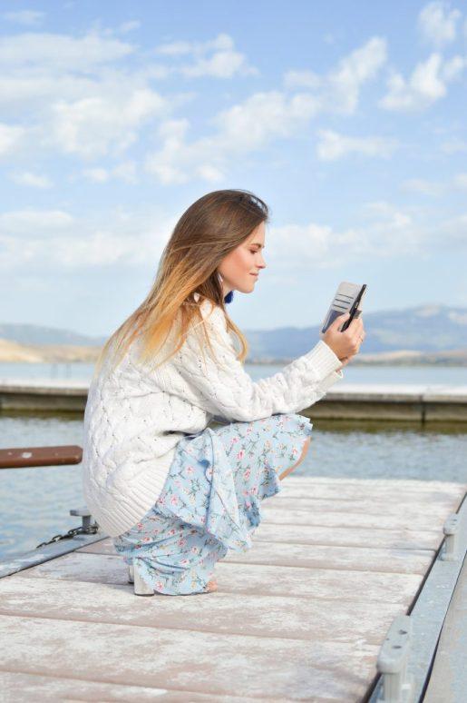 Trading de altura para chicas modernas y emprendedoras- Mujer mirando teléfono móvil
