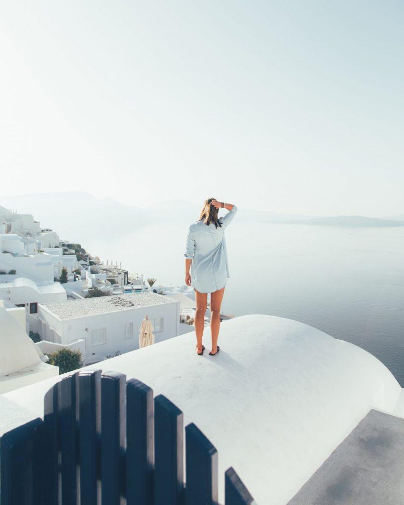 trucos para conseguir boletos aéreos baratos-mujer viendo el mar