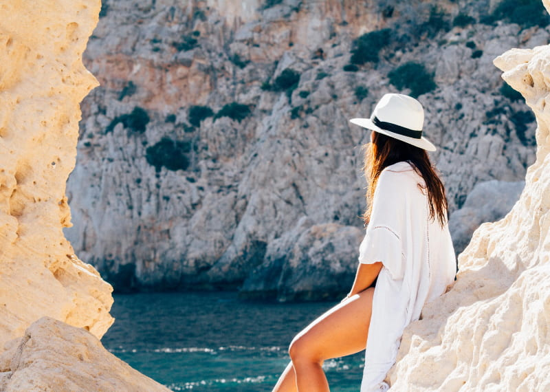 apps de viaje que debes tener-mujer-viendo-el-mas