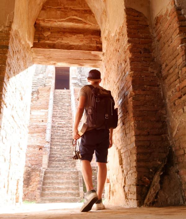 hombre camina en ruinas de viaje