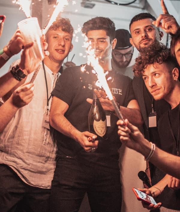 amigos celebrando