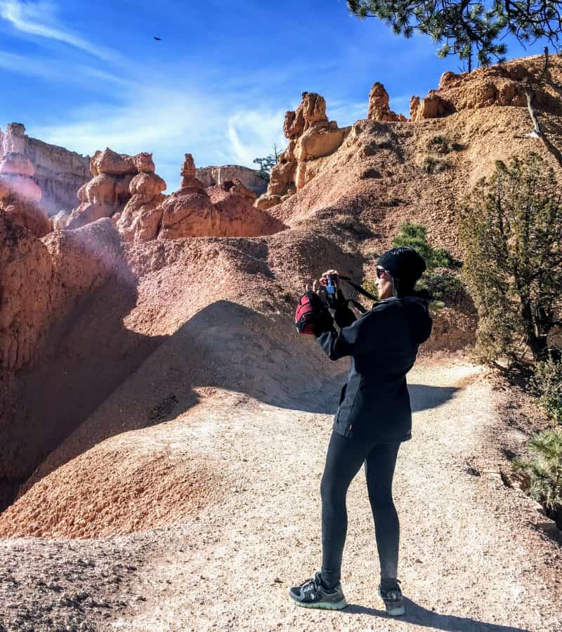 mujere tomando foto bryce canyon