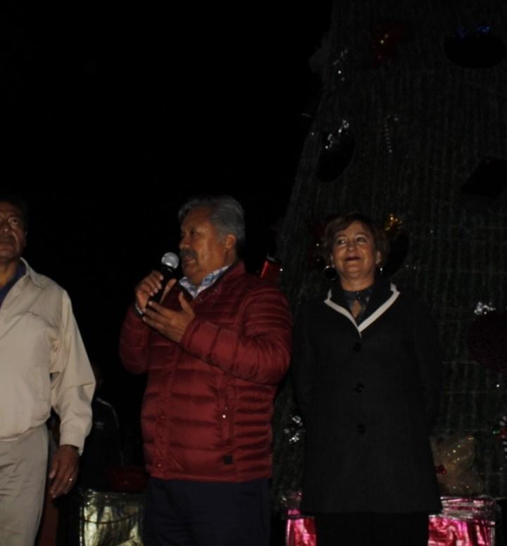 En un ambiente de convivencia familiar, enciende alcalde de Ixtacuixtla árbol de navidad.