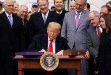 Photo of Firma Trump T-MEC e insiste en el muro