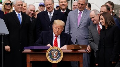 Photo of Firma Trump T-MEC e insiste en el muro