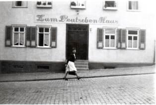 Zum deutschen Haus, vermutlich 1920er Jahre. Foto Von Familie Theo Weller