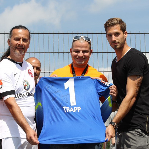 Kevin Trapp beim Benefiz-Fußballturnier Eschborn Cup: Besuch und Autogramm für Spendenempfänger