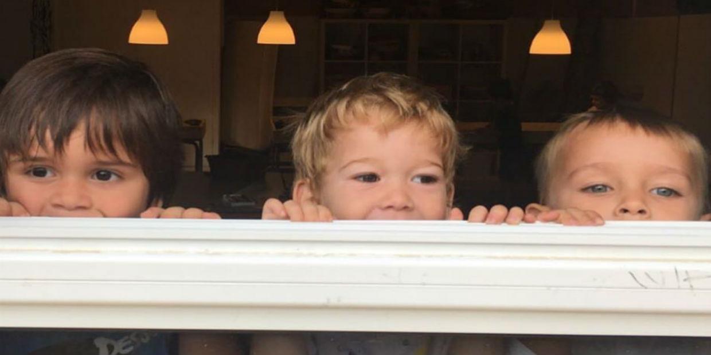 Nens mirant per finestra