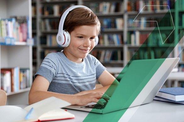 garoto estudando em seu notebook em casa