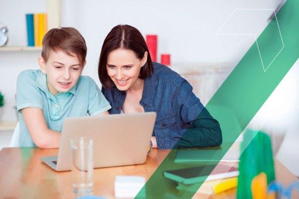 FIlho e mãe estudando juntos em um notebook em casa