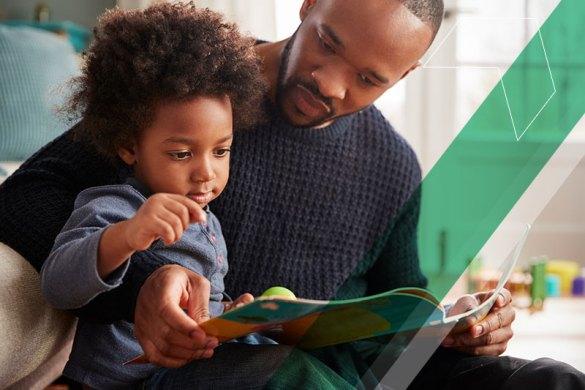 pai ajudando filho em sua alfabetização
