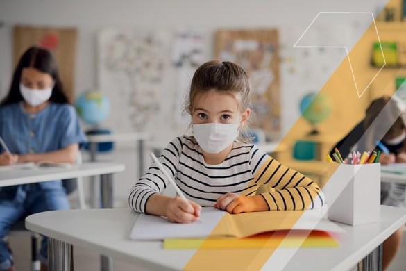 alunos com máscara em uma sala de aula