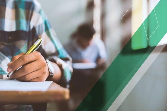 alunos fazendo prova em sala de aula