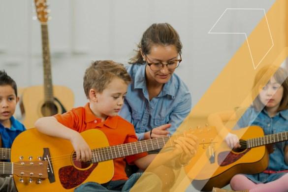 Crianças tendo aula de música