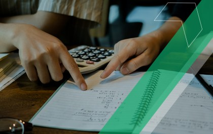 gestor escolar calculando descontos para pais