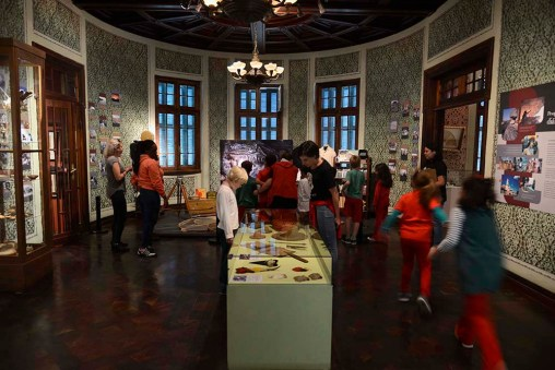 Sala comemorativa aos 140 anos do Museu Paranaense, que detalha a retrospectiva de suas atividades ao longo do tempo, e reúne artefatos de trabalho dos museólogos e peças de arqueologia.
