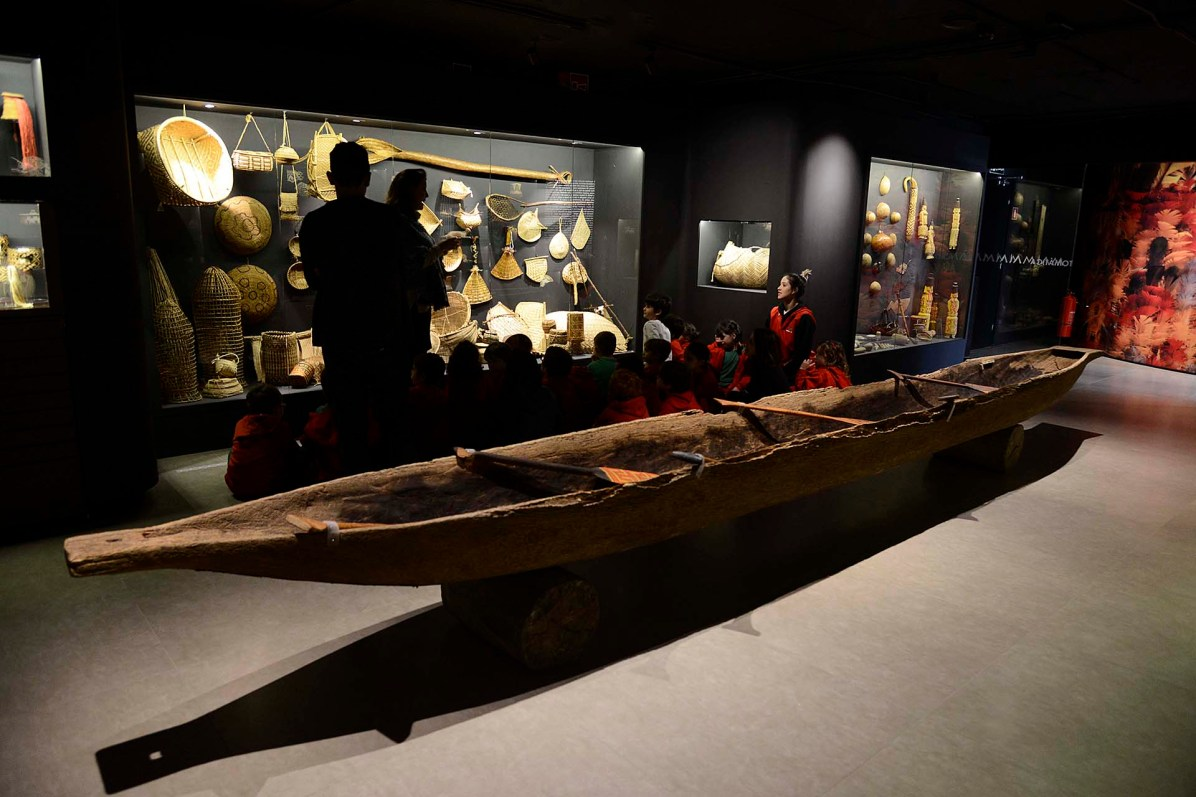 Canoa indígena esculpida em tronco de árvore, da tribo Kamayurá/MT