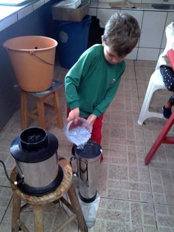 Liquidificador industrial para fabricação de papel reciclado comprado com recursos gerados com a venda dos produtos produzidos.