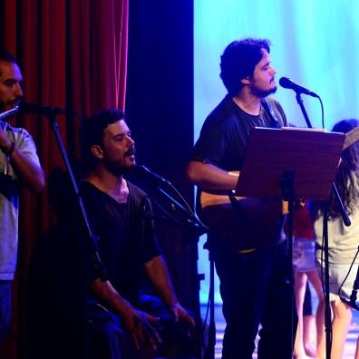 Os músicos Bernardo Bravo, Carlito Birolli e Cauê Menandro, durante espetáculo de final de ano
