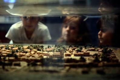 Alunos observam maquete da cidade de Curitiba em 1886, durante visita ao Museu Paranaense.