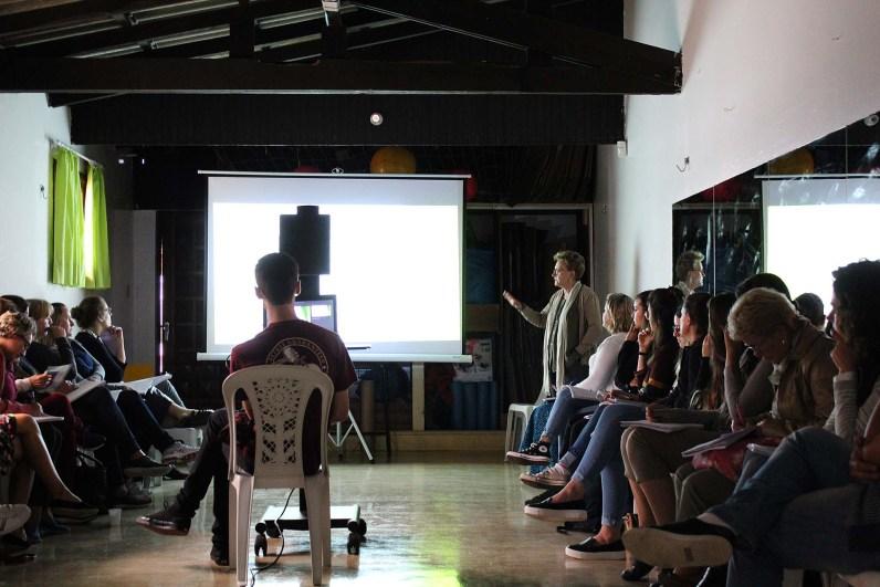 Sandra Cornelsen, durante palestra na Semana Pedagógica da Escola Terra Firme