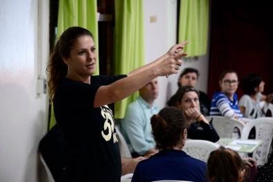 Camila Guitti Luppi, na Oficina de Alfabetização direcionada aos pais de alunos dos 1° e 2° Anos da Escola Terra Firme